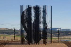 Импресивна склуптура на Нелсон Мандела, најголемиот борец за мир