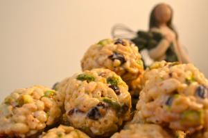 Новогодишни здрави топчиња со ориз и суво грозје