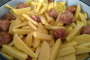 Потпечени компири со домашни колбаси